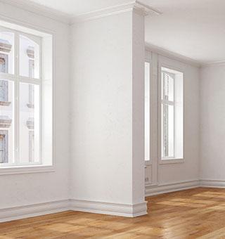 Leerer Raum mit Durchgangszimmer in Altbauwohnung mit Parkett aus Eiche