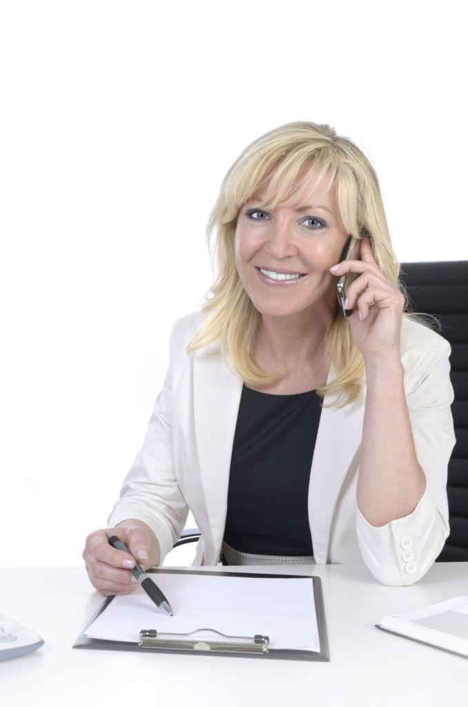 Hübsche Geschäftsfrau mittleren Alters telefoniert